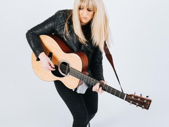 Promo Chloe Fox Singer/Guitarist Cheshire